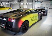 Aston Martint és Lamborghinit vezetnél-e versenypályán?