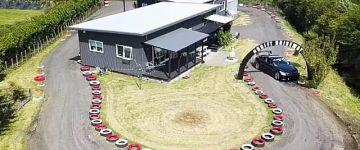 Driftpályát épített a saját háza köré