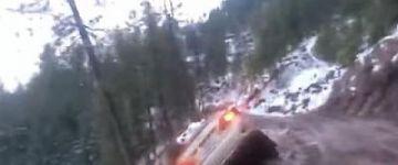 A mélység nyelte el az autót a csúszós hegyi úton